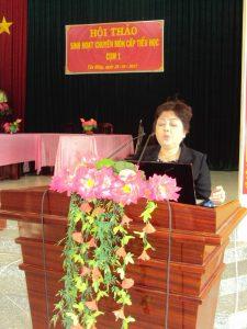 (Cô Nguyễn Thị Ngọc Anh, giáo viên trường TH Trần Phú  chia sẻ công tác ra đề kiểm tra tại Hội thảo)